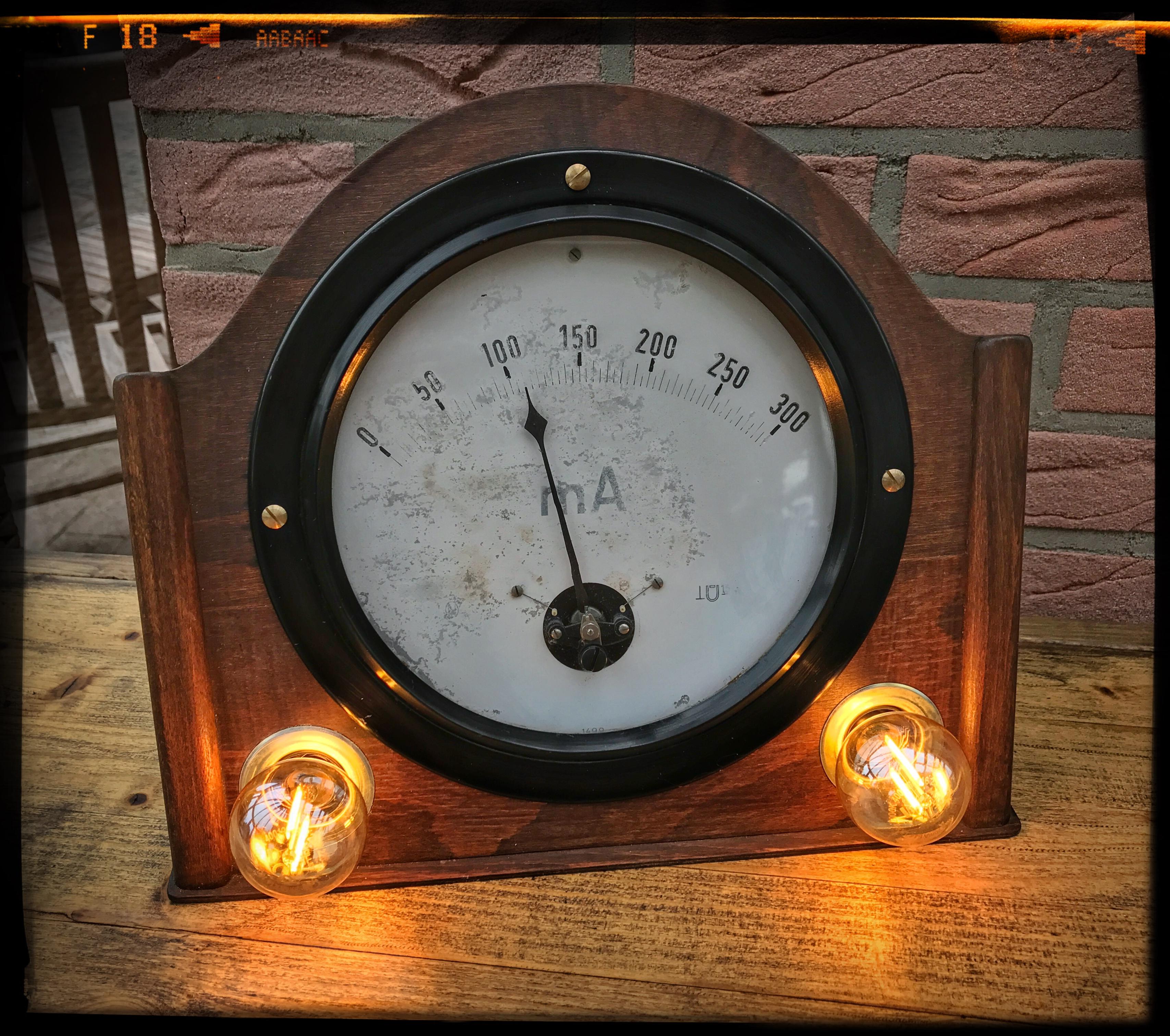 Tischlampe aus historischem Amperemeter