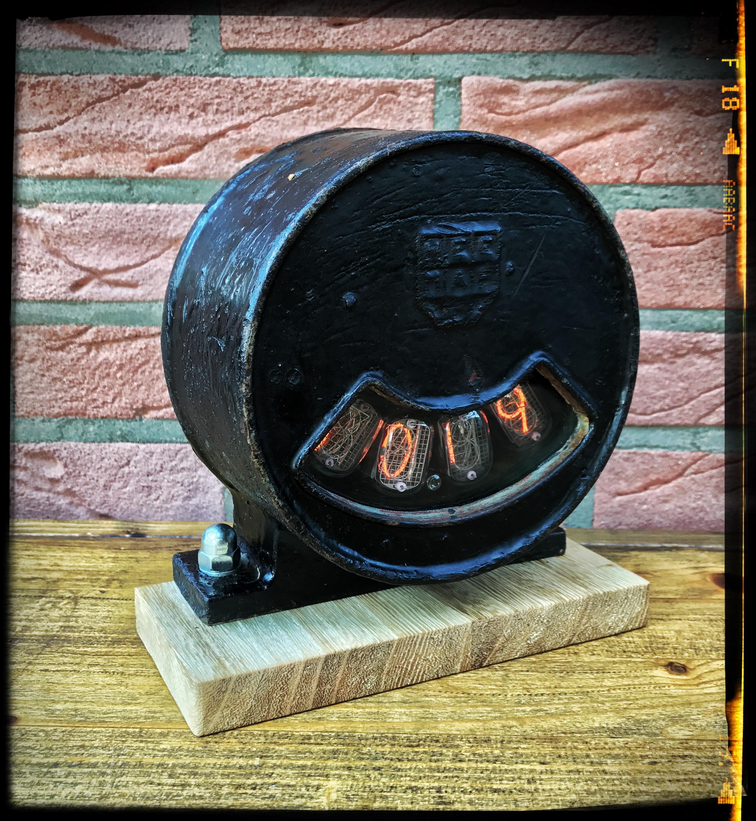 Nixie Uhr im alten Industriegehäuse aus Guss